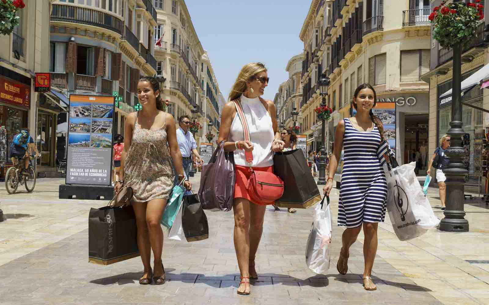 Girls on shopping in Calle Leiros