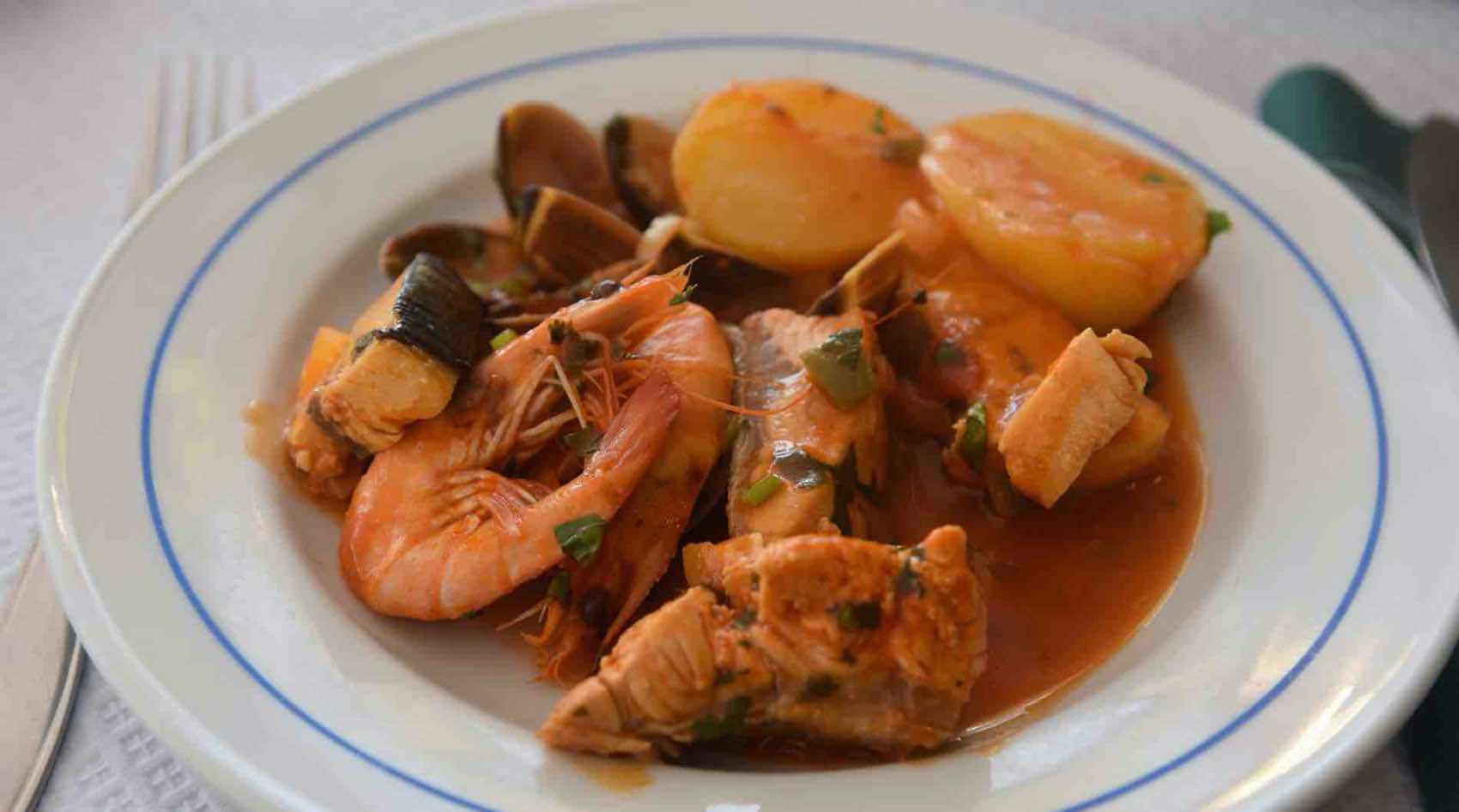 Local speciality: Order Cataplana, mixed fish and seafood, at Imperial.